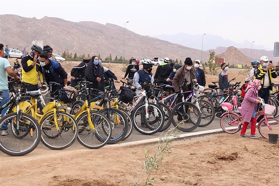 کاشت نهال در جاده سلامت یزد با حضور مردم و مسئولان