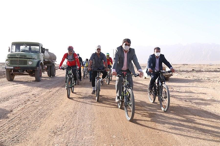 دوچرخه سواری استاندار یزد در جاده سلامت مهریز