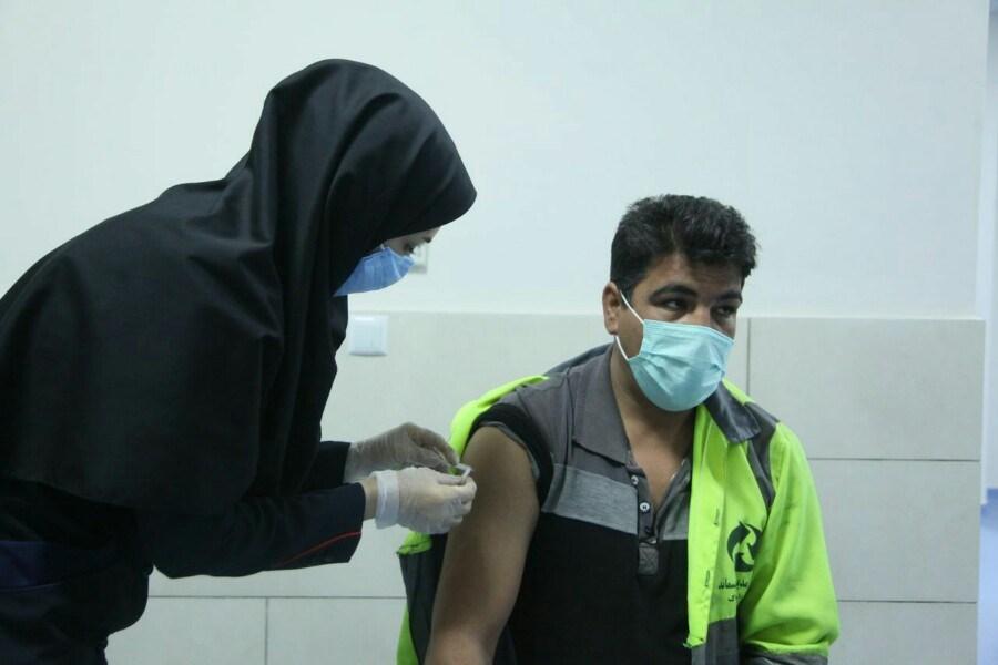 تزریق واکسن کرونا برای ۴۰۵ نفر از پاکبانان شهرداری  اراک کلید خورد