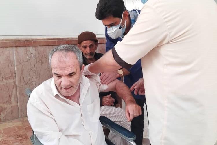 واکسیناسیون سالمندان آسایشگاه در مهریز یزد