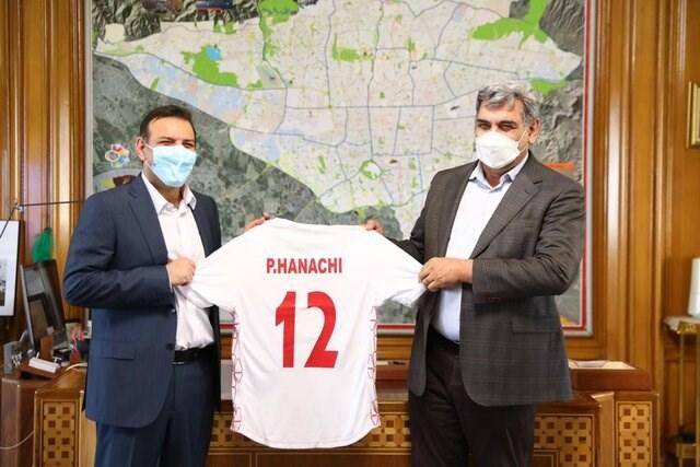 تصویر پیراهن شماره ۱۲ تیم ملی فوتبال به شهردار تهران اهدا شد