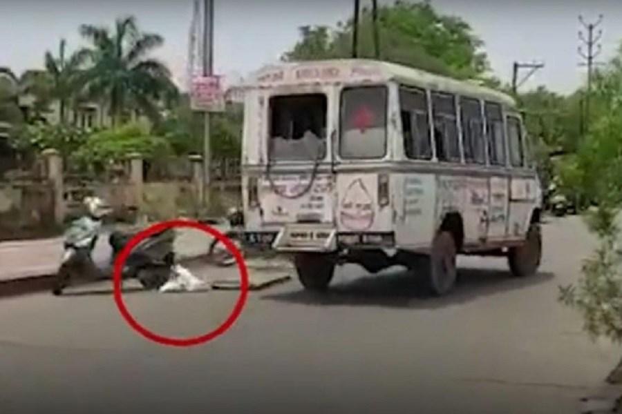 لحظه افتادن جنازه یک کرونایی از آمبولانس در خیابان
