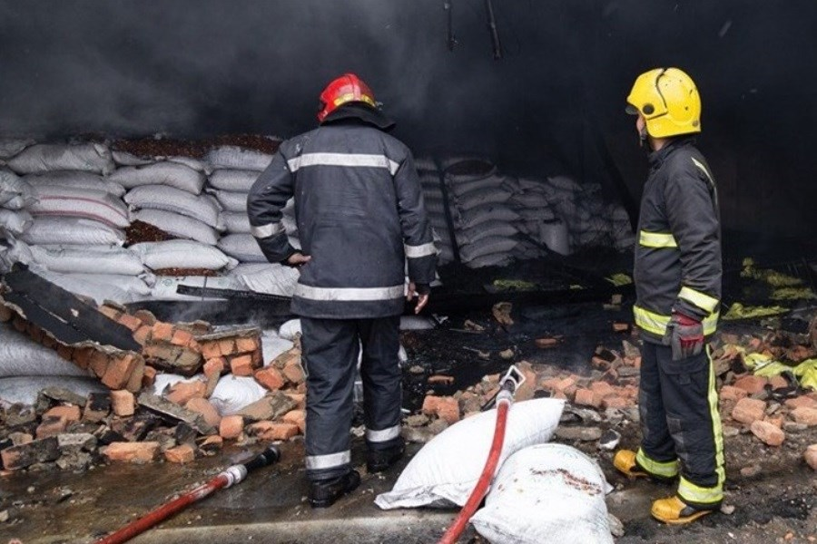 تصویر آتشسوزی مهیب در کارخانه الکل قم/ حضور ۱۰۰ آتش نشان برای مهار حریق