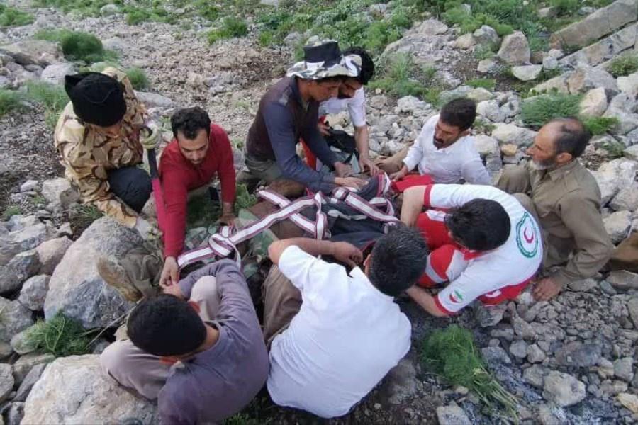 تصویر نجات فرد گرفتار شده در ارتفاعات قورغه(دره نژ) اشنویه