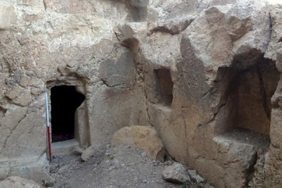 """مقبره صخرهای """"کلخرابه"""" روستای فیروزیان ارومیه"""