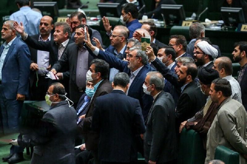 انتقادات تند و تیز نمایندگان مجلس از وزیر امورخارجه/ آقای ظریف؛ دشمنان هم حرف شمارا می زنند که!