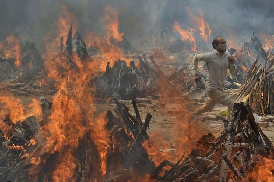 سوزاندن اجساد قربانیان کرونایی در دهلی نو + تصاویر