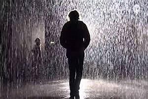 تصویر  قدم زدن زیر باران چه خطراتی دارد؟
