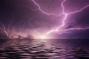 تصویر  در هنگام مواجه با رعد و برق چه کاری انجام دهیم؟