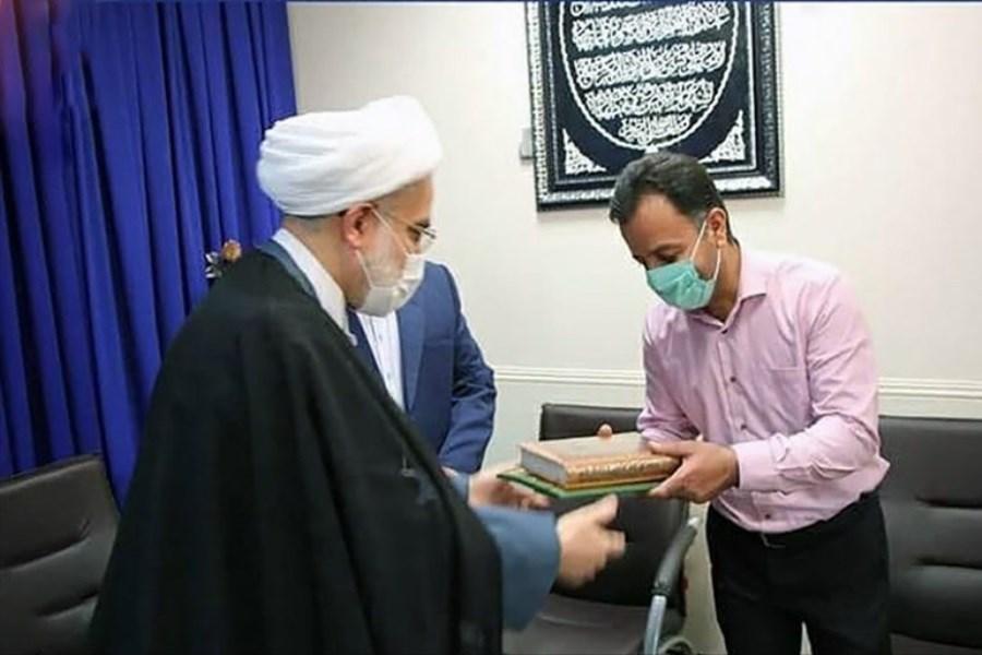 تقدیم یک جلد کتاب قرآن از سوی رهبر انقلاب به خانواده شهید ماموستا عالی
