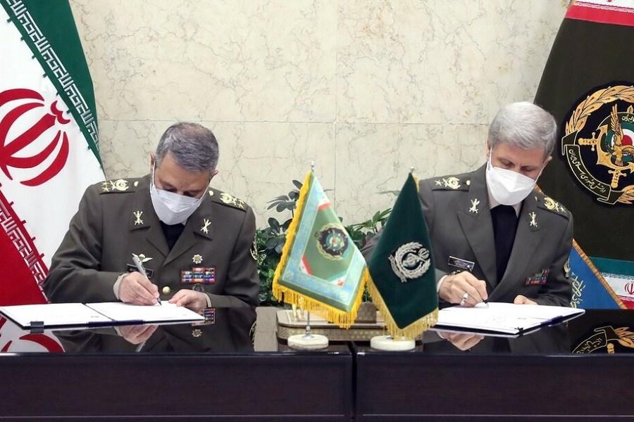 تصویر امضای توافقنامه تولید و تحویل هزار فروند پهپاد پیشرفته توسط وزارت دفاع به ارتش