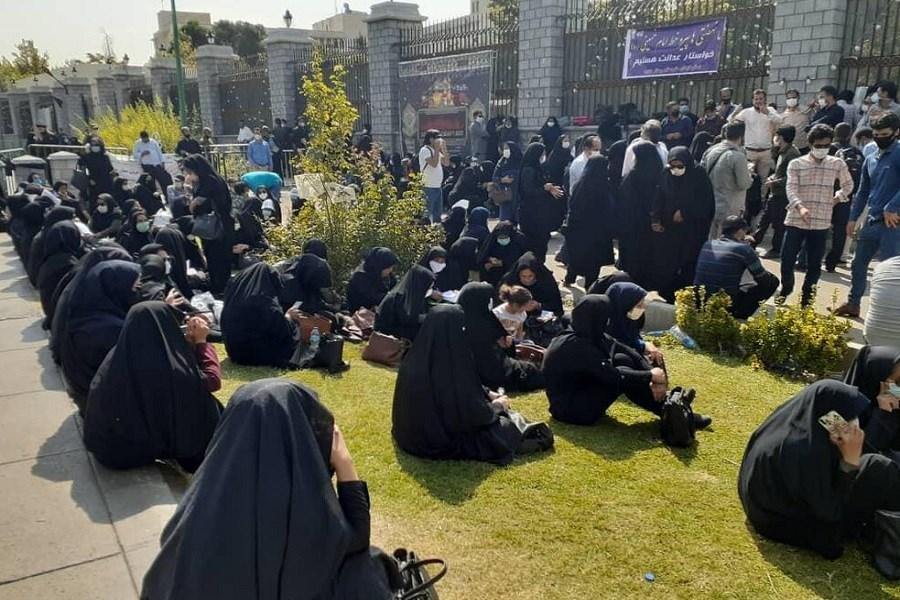گروهی از معلمان در مقابل مجلس تجمع کردند