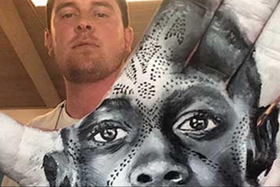 تصویر پرتره هنرمندان مشهور دنیا روی کف دست نقاش
