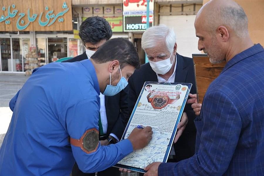 تصویر تجلیل از جانباز مدافع حرم توسط خدام رضوی در یزد