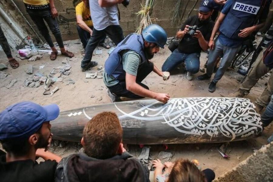 نقاشی هنرمند فلسطینی بر روی موشک منفجرنشده در غزه