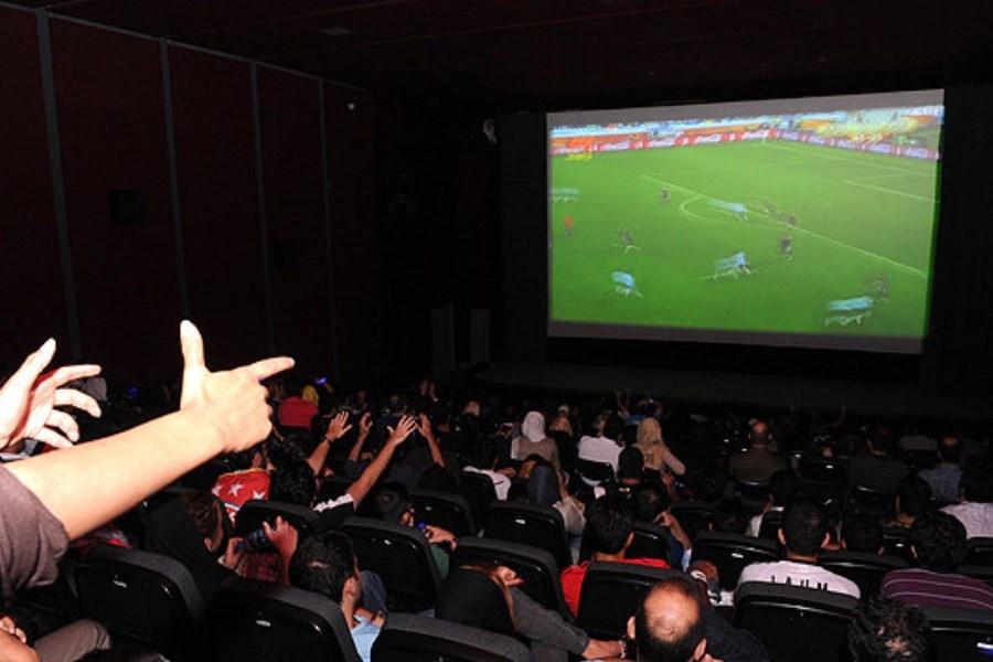 استقبال مردم از پخش بازی ایران و عراق در سینماهای مشهد