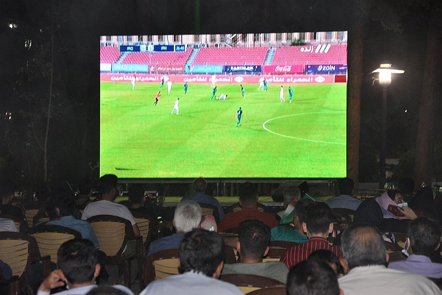 تماشای فوتبال خانوادگی در یکی از بوستان های یزد