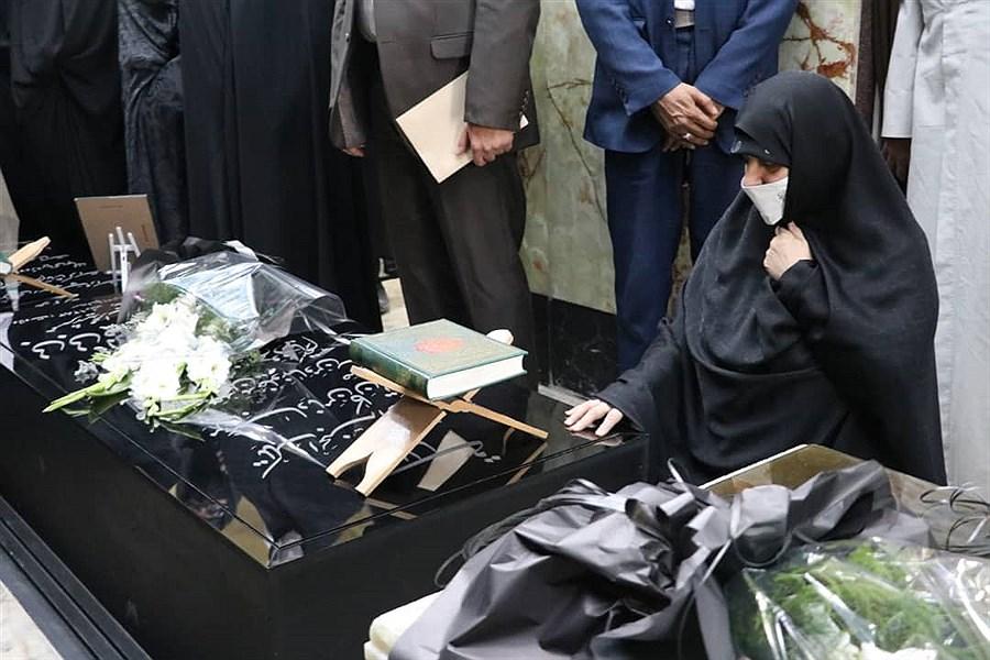 تصویر ادای احترام همسر سید ابراهیم رئیسی به شهید صدوقی