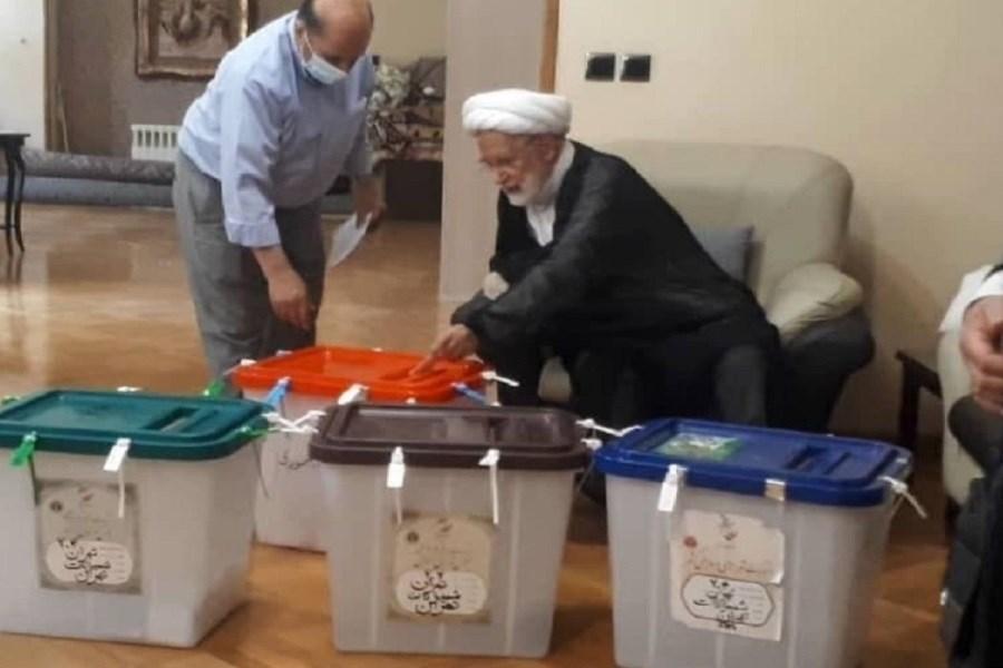مهدی کروبی رای خود را به صندوق انداخت