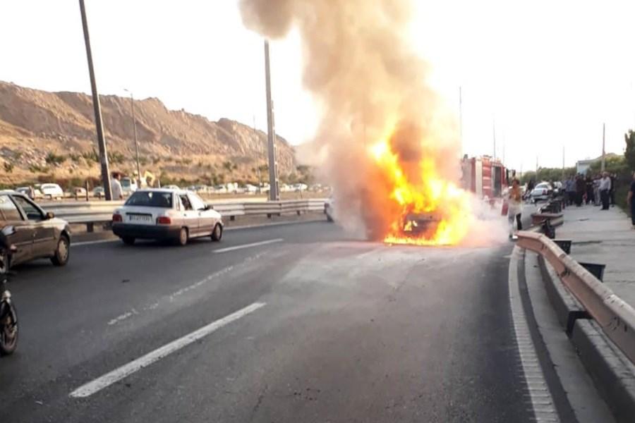 خودرو پژو وسط اتوبان یادگار امام آتش گرفت