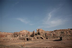 تصویر  قلعه هشنیز در شهرستان پارسیان مرمت میشود