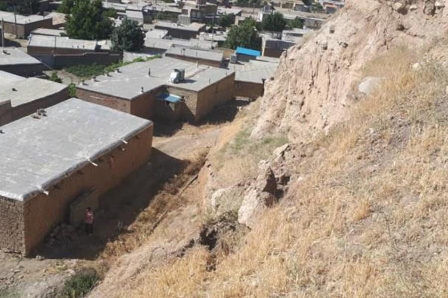 ریزش بخشی از تپه تاریخی جلدیان پیرانشهردر پی وقوع زلزله