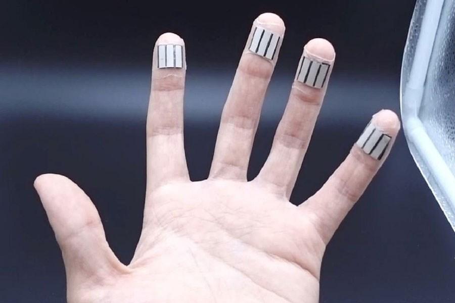 تصویر انگشتان دست به کمک شارژ گجت های پوشیدنی می آیند