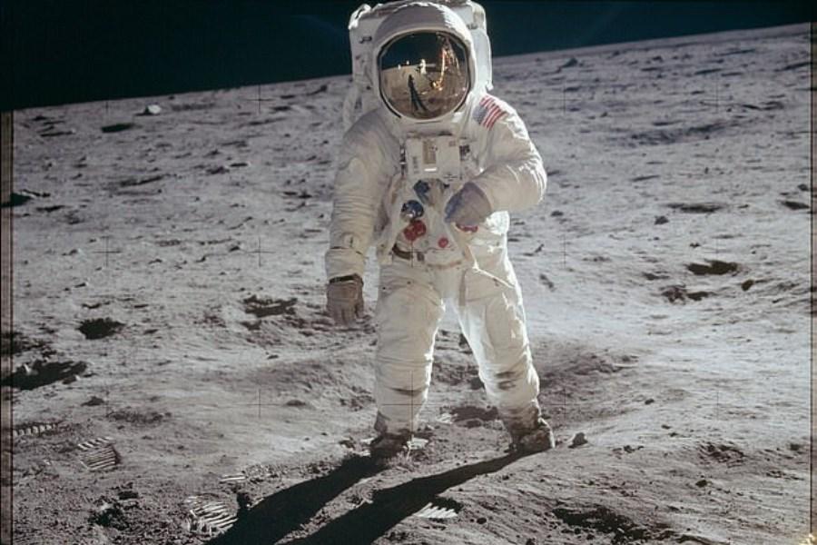 بازسازی تصویر نیل آرمسترانگ روی ماه