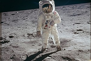 تصویر  بازسازی تصویر نیل آرمسترانگ روی ماه