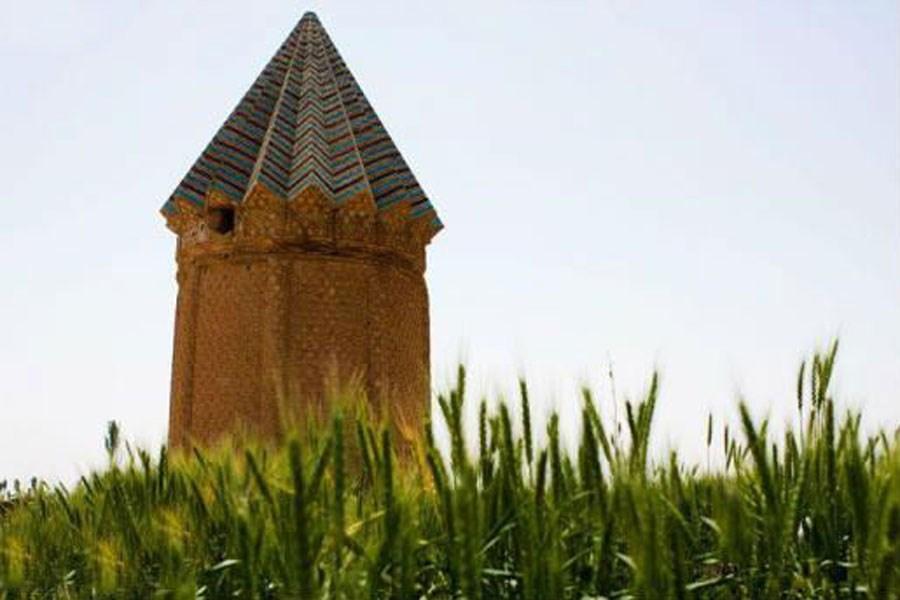 تصویر معرفی برج آرامگاه اخنگان با معماری زیبای چندصدساله در دشت توس