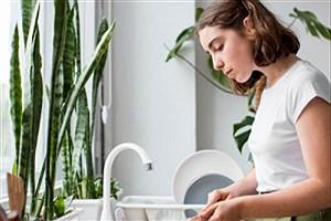 تصویر  عوارض نبستن پیش بند هنگام ظرف شستن