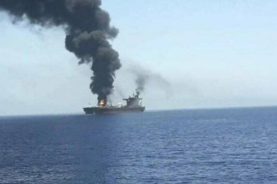 تصویر هدف قرار گرفتن کشتی اسرائیلی در دریای عمان و اتهامزنی به ایران