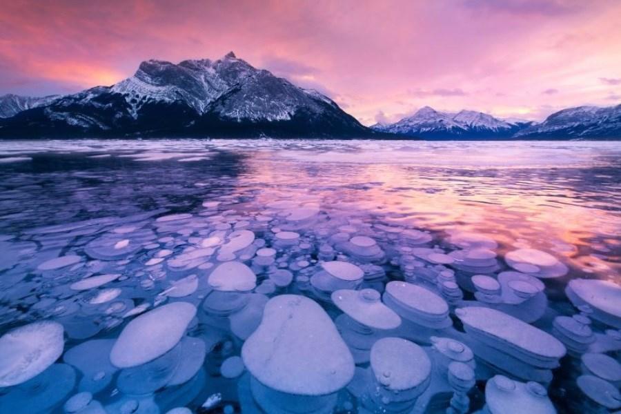 تصویر دریاچه ای با حباب های یخ زده