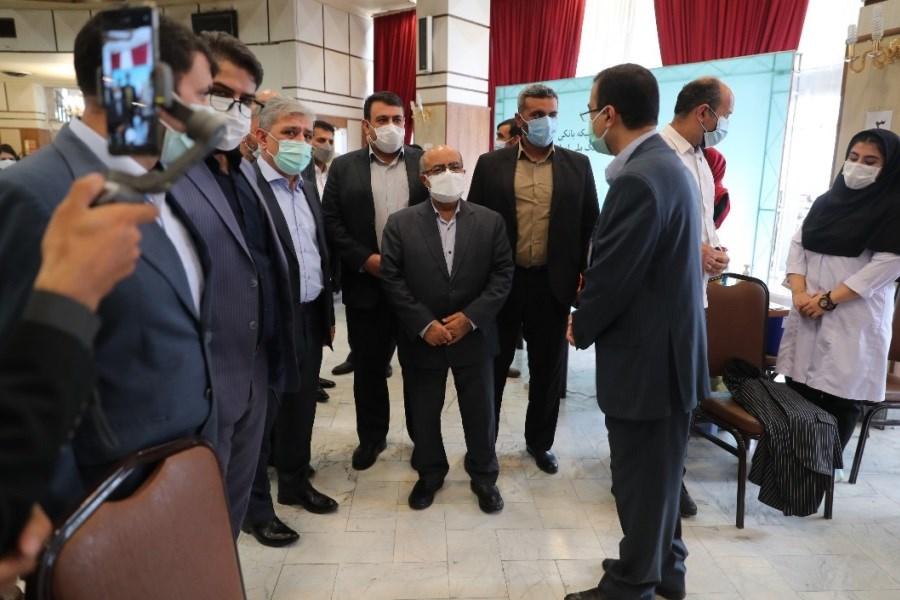بازدید رئیس کل بانک مرکزی از طرح واکسیناسیون کارکنان شبکه بانکی