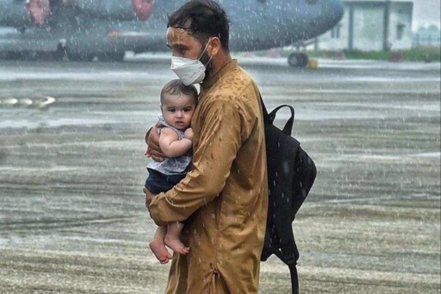 دیدگاه عکاس و مستندساز مطرح در مورد عکس جنجالی پدر افغان و کودکش