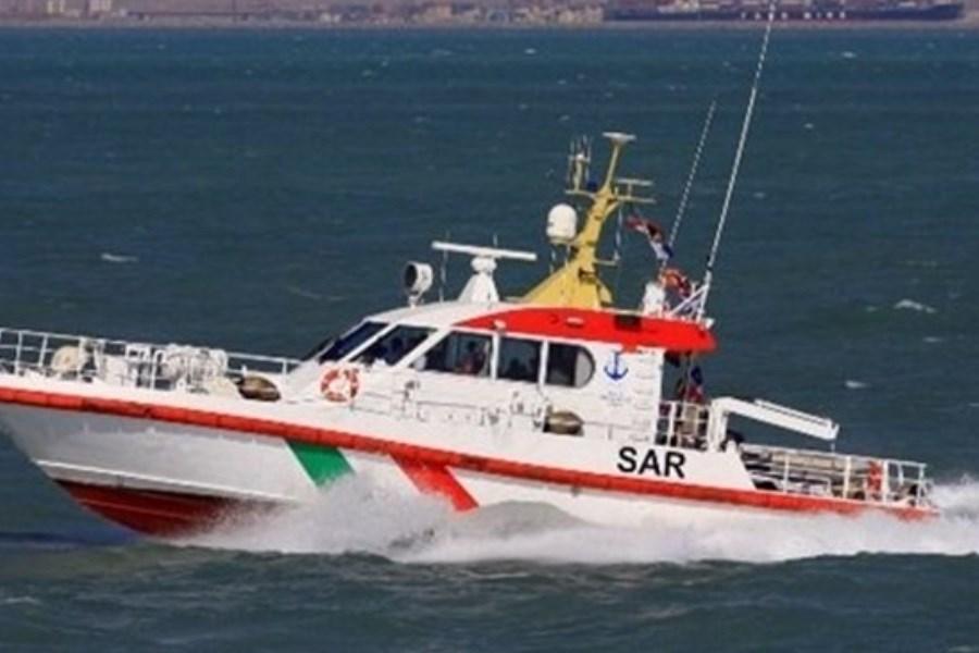 تصویر جان ۵ خدمه موتور لنج تجاری در آبهای جزیره سیری نجات یافت