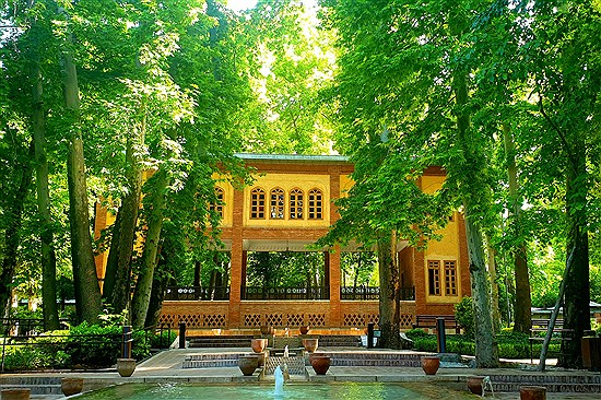 تصویر به تماشای باغ ایرانی تهران بنشینید