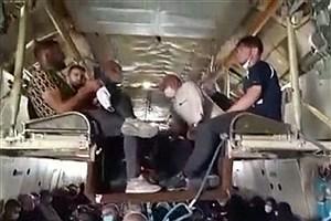 تصویر  شیوه خطرناک جابجایی زائران اربعین با هواپیمای نظامی +ویدیو