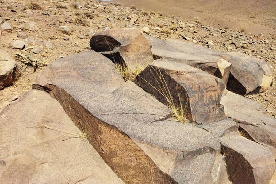 تصویر کشف یک مجموعه سنگنگاره در محلات