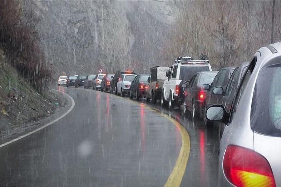 ترافیک سنگین و بارش باران در محور چالوس