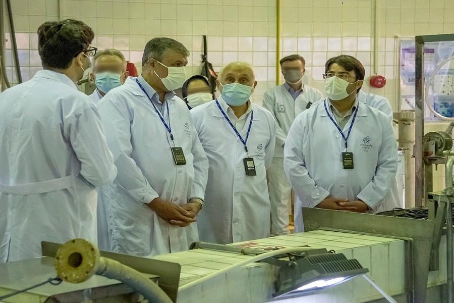 تصویر بازدید رئیس سازمان انرژی اتمی از راکتور تحقیقاتی شهید فخریزاده