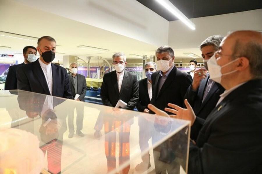 امیرعبداللهیان از نمایشگاه صنعت هسته ای کشور بازدید کرد