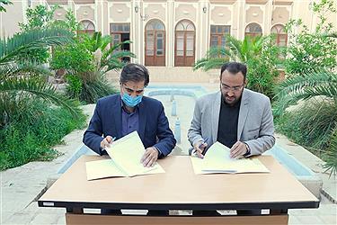 تصویر امضا تفاهم نامه مرمت فرهنگسرای قرآن یزد