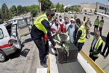 تصویر بدرقه پیکر 2 تن از خبرنگاران جان باخته در حادثه واژگونی اتوبوس